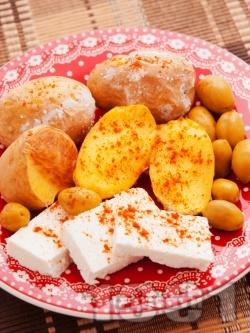 Лесна вечеря с картофи, сирене и маслини - снимка на рецептата